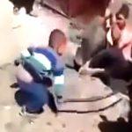 【衝撃映像】囚われた捕虜たちを大人に混じって拷問する幼い男の子・・・。
