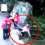 旅行客のおばさまたち「写真撮るよー!」→ なぜか1人のおばさまが排水管に落ちてしまう・・・。