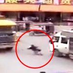 【衝撃映像】まるでピンボールのようにトラックに弾かれて死亡した女性。