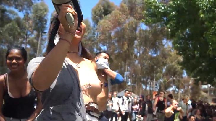 マンさん「女性だって乳首出したっていいじゃない!」→ 大勢の女性たちが乳首をさらけ出すイベント映像。