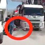 パレード中のトラックのタイヤに頭を踏み潰されてしまったバイカー。