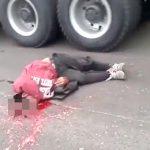 【閲覧注意】トラックのタイヤに頭を潰され、脳がブチ撒かれてしまった男のグロ動画・・・。
