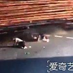 【衝撃映像】トラックと衝突したバイカー、積まれていた大量の丸太に潰されて死亡・・・。