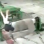 【衝撃映像】工場機械に巻き込まれ身体をグルグル回されて死亡した作業員・・・。