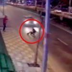 【衝撃映像】路上で友人と談笑していた男、突然道路に飛び出して自殺してしまう・・・。