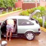 【衝撃映像】車に挿したケーブルでスマホを充電しようとした男、感電死・・・。