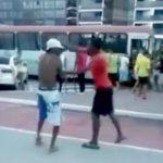 【衝撃映像】キャップをかぶったハーフパンツの男性、身ぐるみを剥がされてしまう・・・。