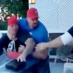 なぜかめっちゃ怒っている男、腕相撲に負けてさらにブチ切れる。