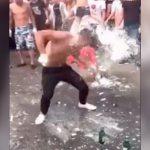 女性が路上で喧嘩・・・かと思いきや突然1人の男が頭で瓶を割りまくる謎過ぎるイベント映像。