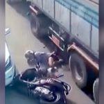 【衝撃映像】スクーターで転倒した女の子、トラックのタイヤに脚を何度も踏み潰されてしまう・・・。