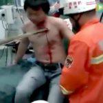 【衝撃映像】建設現場の足場から落ちてしまった男、竹が胸に突き刺さってしまう・・・。