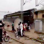 【閲覧注意】バイクの男性を轢き殺してそのまま走り去ってしまう列車・・・。