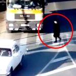 横断歩道を渡っていた女性、トラックの死角に入ってしまい轢かれてしまう・・・。