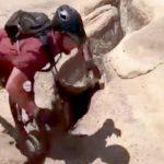 【衝撃映像】BMXで崖ぎりぎりをジャンプする男性があわや転落しそうになるアクシデント。