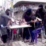 【閲覧注意】罪に問われて捕まった男、大勢の目の前で手首を切断されてしまう・・・。