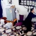 【衝撃映像】配電盤を操作していた作業員の男性、感電死してしまう・・・。