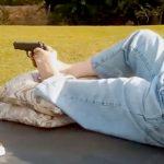 【衝撃映像】両腕は無いけど足で普通に銃を撃てる男・・・。