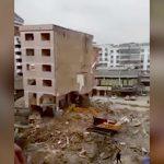 【衝撃映像】重機で建物を1階から解体していた運転手、倒壊した建物に潰されて死んでしまう・・・。
