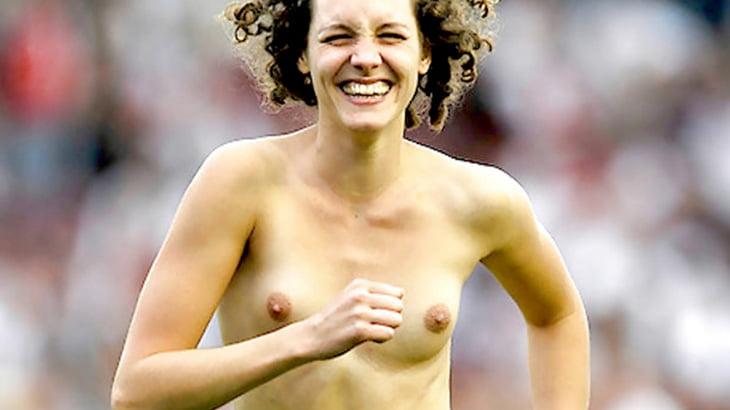 スポーツの試合中に裸で侵入しちゃう女の子たちのエロ画像集。