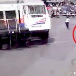 【衝撃映像】自殺のために踏切に飛び出して通過する列車に轢かれて死んだ男・・・。