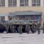 軍学校の卒業式に装甲車に轢かれてしまった学生・・・。