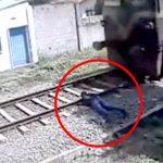 【衝撃映像】線路に横たわり列車に自分の首を切断させて自殺した男・・・。