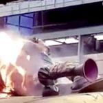 【衝撃映像】電車の上で感電し身体が燃えてしまった男性・・・。
