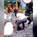 【閲覧注意】トラックに積まれていた荷物に潰されて上半身がグチャグチャになった男のグロ動画・・・。