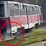【衝撃映像】電車にひっかかり引きずられてしまう男・・・。