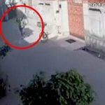 【衝撃映像】警察からもう逃げられないと悟った泥棒、拳銃で自殺してしまう・・・。