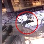 エスカレーターでバランスを崩して落下した男、下にいた男性を殺してしまう・・・。