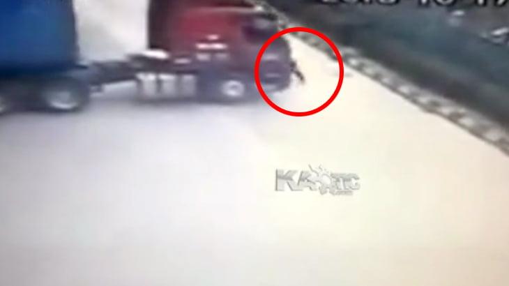 動き出してしまった無人の大型トラックを生身で止めようとした男性、押しつぶされて死亡・・・。