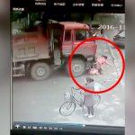 【閲覧注意】自転車に2人の娘を乗せたママさん、トラックに轢かれてしまう・・・。