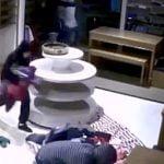 【衝撃映像】窃盗のプロ集団、1分もかからずに店の商品をすべて盗んでしまう・・・。