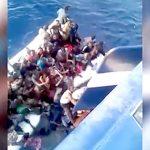 難民ボートから我先に漁船に乗り込もうとして転覆してしまう人間たち。