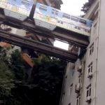 【衝撃映像】モノレールが貫通するこのマンション、住める気がしない・・・。