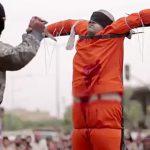【閲覧注意】ISISに捕まった男、胸を何度も刺されて殺されるグロ動画。