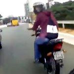【衝撃映像】危険運転を繰り返しながら警察から逃げ回るバイクの男。