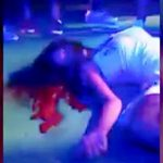【衝撃映像】ステージ上の女性ダンサー、射殺されてしまう・・・。