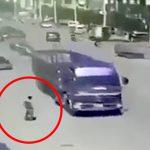 【衝撃映像】走行中のトラックに自分の頭を踏ませて自殺する男・・・。