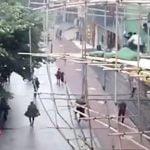 【衝撃映像】工事現場の足場が突然崩れる瞬間。