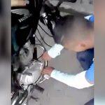 泥棒の男、罰としてバイクのマフラーを素手で触る刑に処されてしまう・・・。