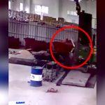 【衝撃映像】機械に巻き込まれて何度も回転して死んだ作業員・・・。