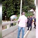 説得も虚しく橋から飛び降りて濁流に飲まれて自殺した男。