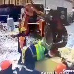ショベルカーで荷物を吊り上げるために括り付けていた男性、潰されてしまう・・・。