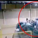 【衝撃映像】プレス機に上半身を潰されてしまった作業員の男性・・・。