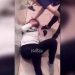トイレで1人のクラスメートを殴りまくる女子学生たち・・・。