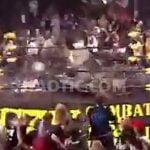 リング上で倒れた2人のレスラーに向かって椅子を投げまくる観客たち。