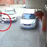 【衝撃映像】駐車場で遊んでいた女の子、車に轢かれてしまう・・・。