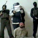 【閲覧注意】「アッラーフ・アクバル」を連呼しながら男の首を切断するグロ動画。